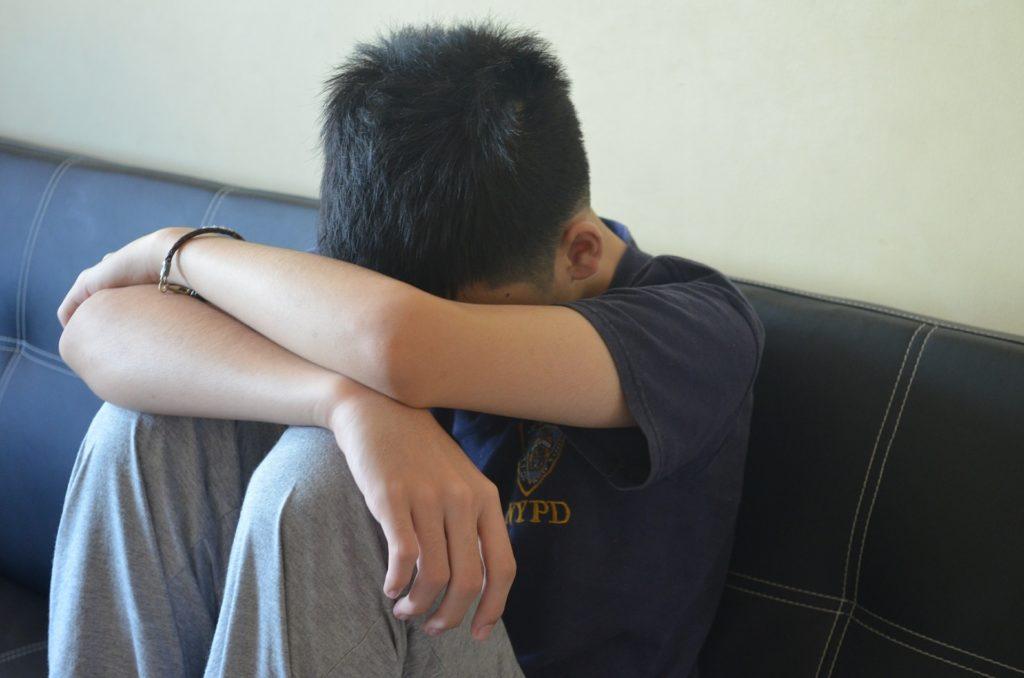 mlad fant najstnik v skrbeh