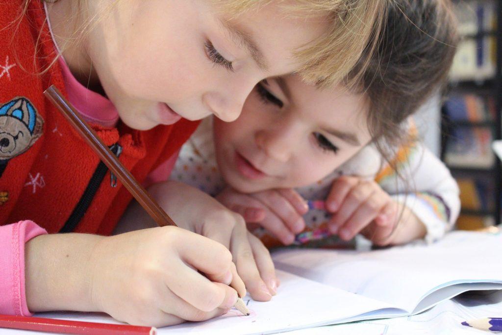 otroka ucita brati pisati