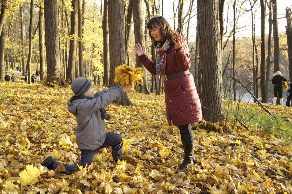 mama in otrok v gozdu