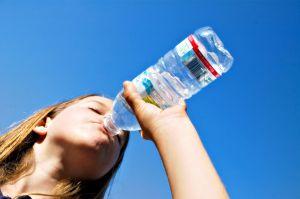 Otrok-voda-pitje
